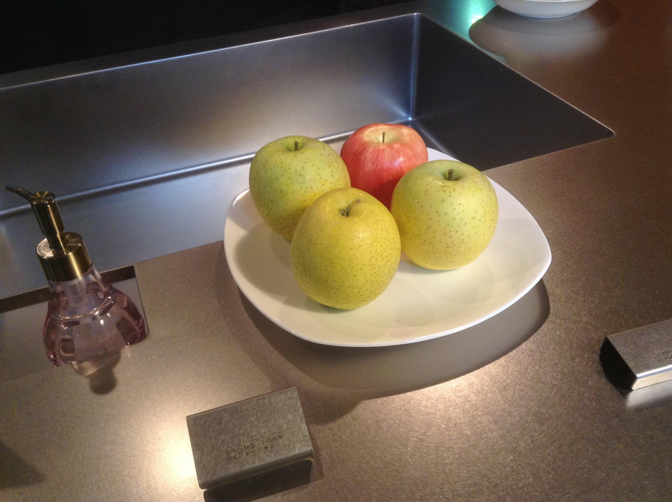 オーダーキッチンの上に本物と偽物のりんご