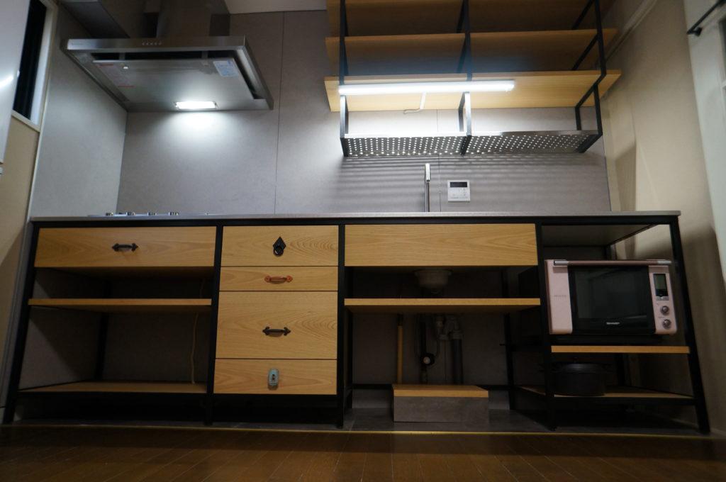 黒のフレームキッチン、扉ナラ突板、ステンレスワークトップ